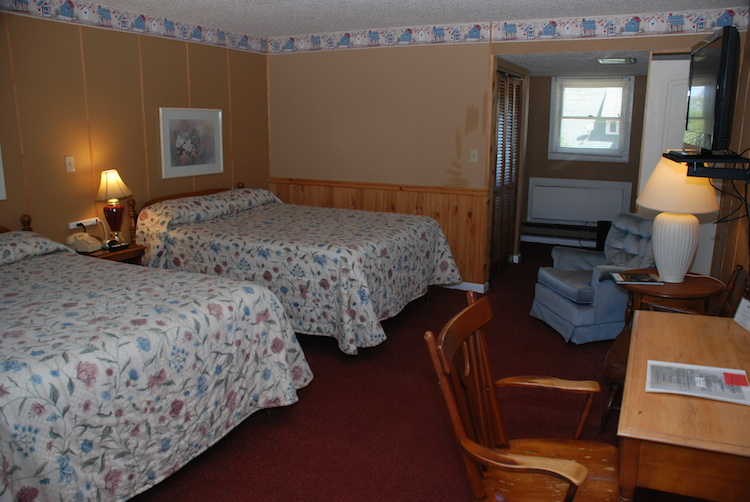 2 Doubles room with beds and desk