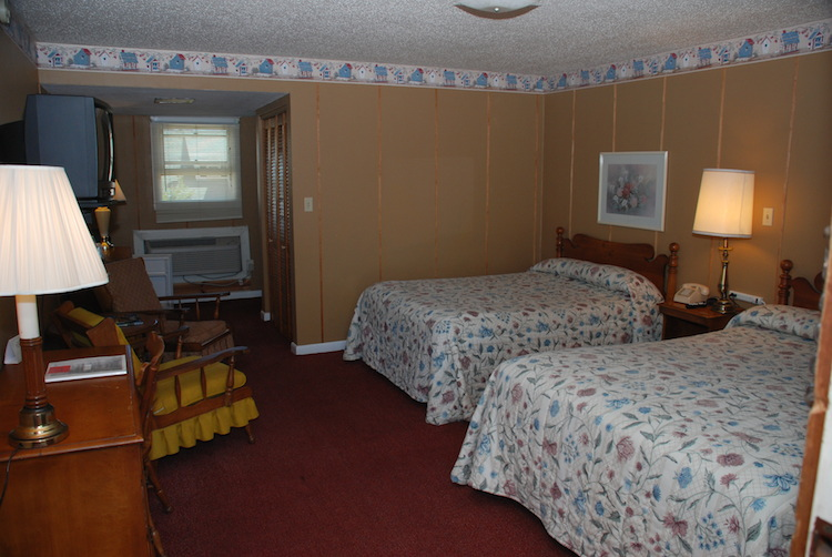 2 Doubles room with beds and chair