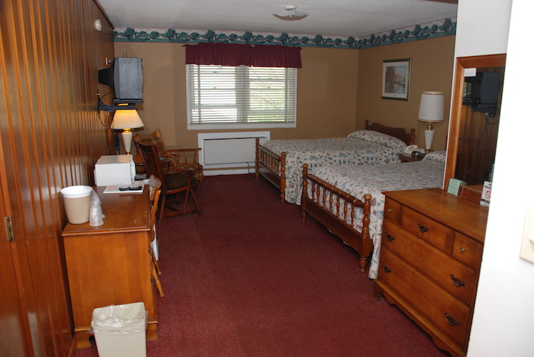 2 Doubles room with beds and dressers